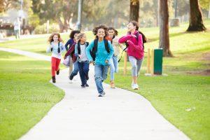 学校内を歩く子どもたち