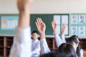 挙手する子ども