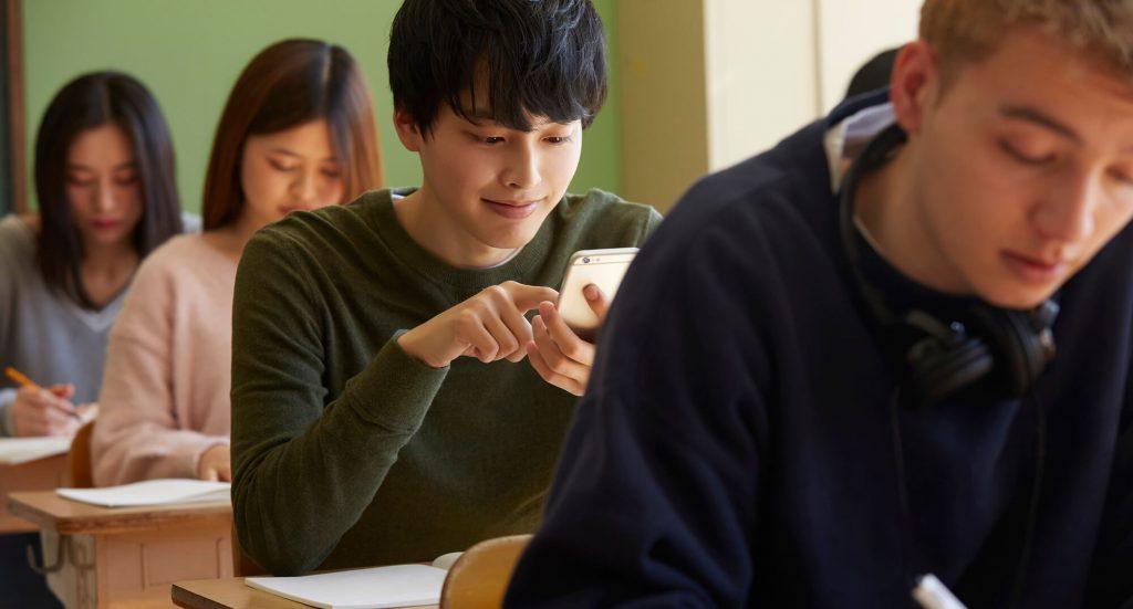 スマートフォンで学習する学生
